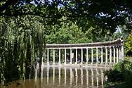 Parc Monceau, la Naumachie, bassin ovale bordé d'une colonnade corinthienne qui provient d'une église de Saint-Denis détruite en 1719.