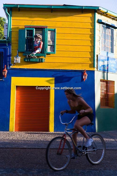 Argentina. Buenos Aires. La Bocca area , El caminito.  the Historical tango area ,      / quartier de la Bocca et Le Caminito, cette rue, aujourd hui piétonne, bordee de maisons aux facades de tole ondulee, peintes de couleurs vives, et de fresques.  Buenos Aires - Argentine  R003