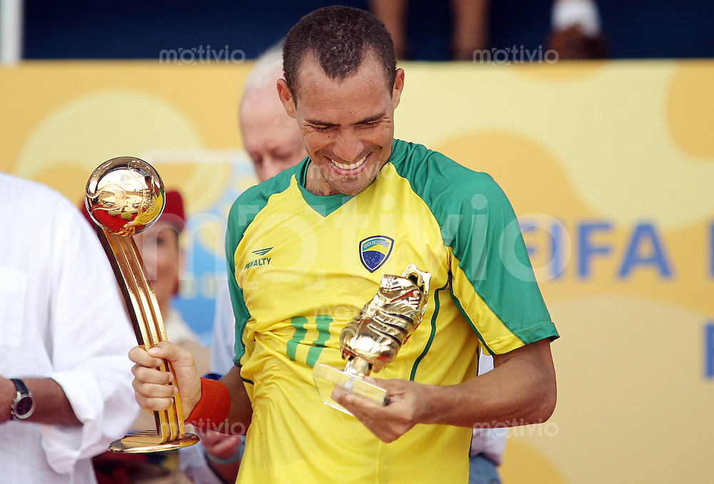Football    FIFA Beach Soccer World Cup 2007 in Rio de Janeiro    11.11.07 Match 32      Mexico vs. Brazil BURU (BRA) carries the two Trophies (Golden Adidas Shoe and Adidas Golden Ball).