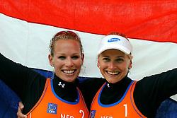 03-06-2012 VOLLEYBAL: EK BEACHVOLLEYBAL FINAL: SCHEVENINGEN<br /> (L-R) Sanne Keizer en Marleen van Iersel pakken de gouden medaille op het Europees Kampioenschap<br /> ©2012-FotoHoogendoorn.nl