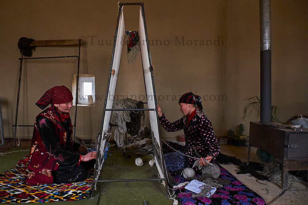 Ouzbekistan, Region de Kachkadaria, fabrique de tapis de laine // Uzbekistan, Kachka Daria province, wool carpet workshop, wool weaving