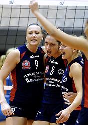 14-12-2006 VOLLEYBAL: DELA MARTINUS - VINO MONTESCHIAVO JESI: AMSTELVEEN<br /> Martinus verloor in vier sets, maar is nog steeds kansrijk om de eerste ronde van deze Europese topcompetitie te overleven (22-25, 17-25, 25-22, 22-25) / Heather Bown, Simona Rinieri en Neli Stefanova Heshich<br /> ©2006: FOTOGRAFIE RONALD HOOGENDOORN
