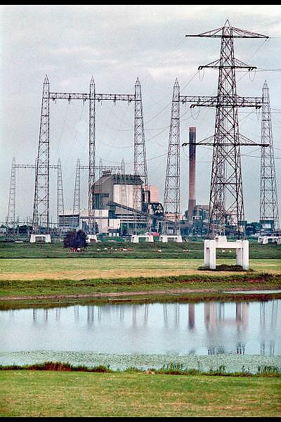 Nederland, Nijmegen, 25-8-2001Elektriciteitscentrale van Elektrabel . Hoogwater Waal.  Stroom. vrije markt energie. Hoogspanningsmasten. EuropaFoto: Flip Franssen/Hollandse Hoogte
