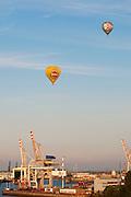 Heissluftballons ueber dem Hamburger Hafen, Hamburg, Deutschland.|.balloons over Hamburg Harbour, dock, Hamburg, Germany.