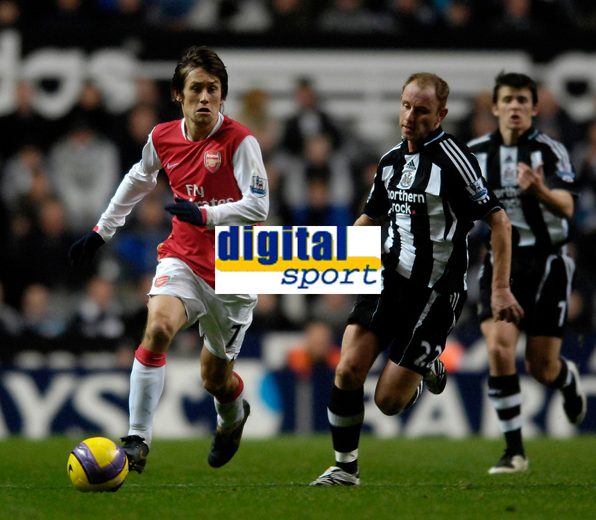 Photo: Jed Wee/Sportsbeat Images.<br /> Newcastle United v Arsenal. The FA Barclays Premiership. 05/12/2007.<br /> <br /> Arsenal's Tomas Rosicky (L) with Newcastle's Nicky Butt.