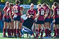 BLOEMENDAAL - hockey-  KZ dames met coach Simon Organ  tijdens de overgansklasse wedstrijd tussen de vrouwen van Bloemendaal en Klein Zwitserland (4-1). COPYRIGHT KOEN SUYK