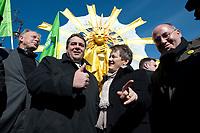 """2012, BERLIN/GERMANY:<br /> Juergen Trittin, B90/Gruene Fraktionsvorsitzender, Sigmar Gabriel, SPD Parteivorsitzender, Renate Kuenast, B90/Gruene Fraktionsvorsitzende, und Gregor Gysi, Die Linke Fraktionsvorsitzender, (v.L.n.R.), Kundgebung gegen das Solarausstiegsgesetz und gegen das Scheitern der Energiewende unter dem Motto: """"Stoppt den Solar-Ausstieg"""", vor dem Brandenburger Tor<br /> IMAGE: 20120305-01-021<br /> KEYWORDS: Sonnenenergie, Demo, Demostration, Demonstrant, Demonstraten, Jürgen Trittin, Renate Künastn, Solarwirtschaft, Subventionen"""