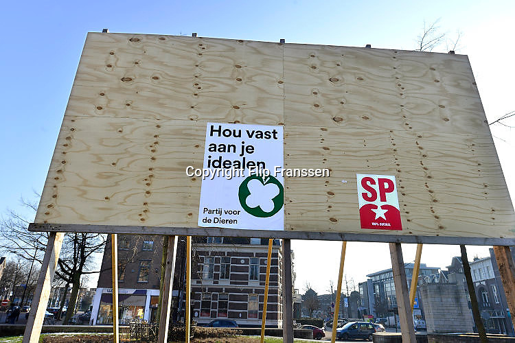 Nederland, Nijmegen, 26-1-2017Verkiezingsbord met affiches voor de komende verkiezingen voor de tweede kamer.Traditiegetrouw zijn SP en de partij voor de dieren er snel bij met hun verkiezingsposters.Netherlands, election board with posters for the forthcoming national elections.Foto: Flip Franssen