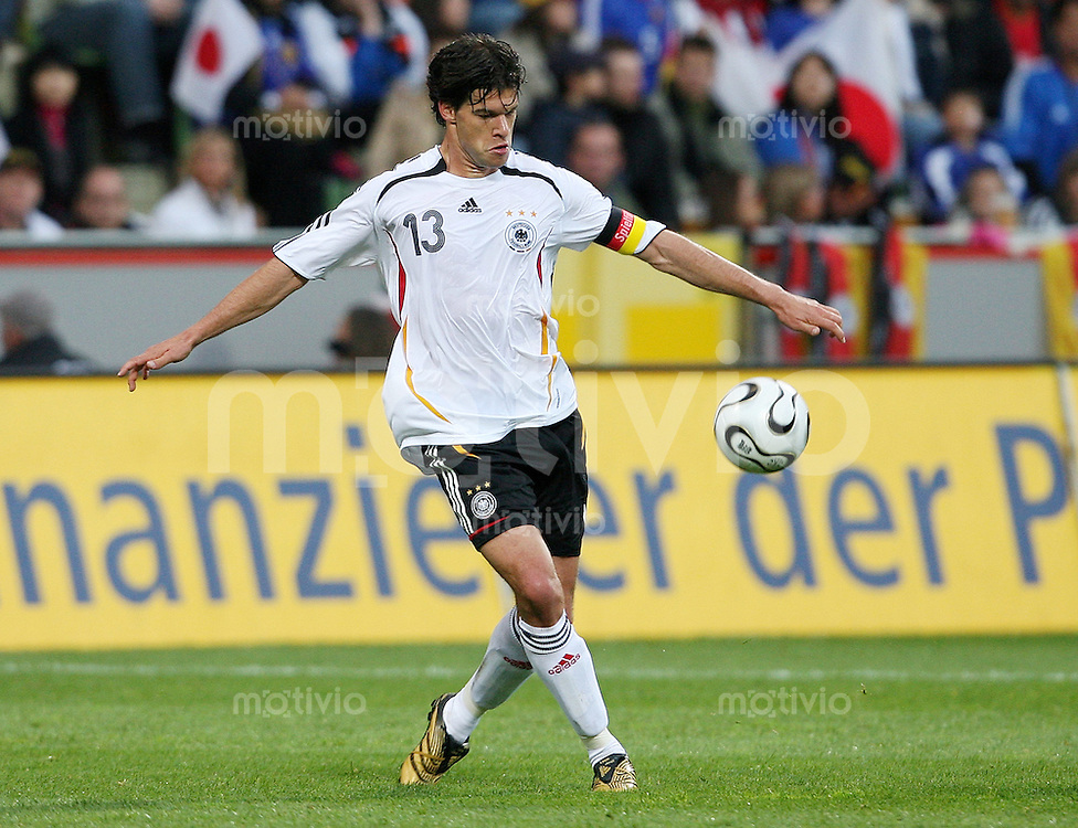 Fussball  International  Deutsche Nationalmannschaft Michael BALLACK (Deutschland), Einzelaktion am Ball