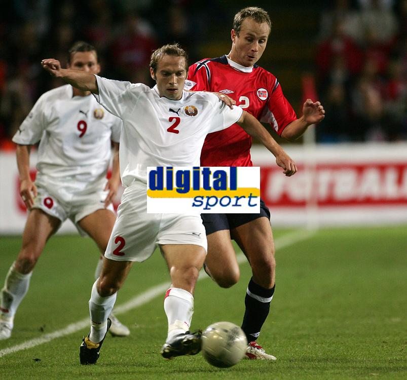Fotball<br /> VM-kvalifisering<br /> Norge v Hviterussland<br /> Ullevaal stadion<br /> 8. september 2004<br /> Foto: Digitalsport<br /> Jon Inge Høiland, Norge, og Aleksandr Kulchy, Hviterussland