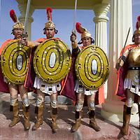 LIQIAN: Provinzler  aus der Umgebung von Yongchang, die als Roemer verkleidet sind,  posieren vor dem Roemischen Dorf