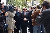 04 OCT 2002, BERLIN/GERMANY:<br /> Gerhard Schroeder, SPD, Bundeskanzler, und BKA Personenschuetzer, auf dem Weg in die gemeinsame  Sitzung von Parteivorstand und Bundestagsfraktion, Willy-Brandt-Haus<br /> IMAGE: 20021004-02-001<br /> KEYWORDS: Gerhard Schröder, Personenschutz, Bodyguards, Personenschützer, Journalisten, Journalist, Camera, Kamera,