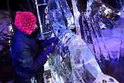 Het IJsbeelden Festival presenteert '200 jaar Koninkrijk der Nederlanden', een vorstelijke geschiedenis in ijs en sneeuw.<br /> <br /> Op de foto: Een ijskunstenaar is bezig met het maken van een ijsbeeld