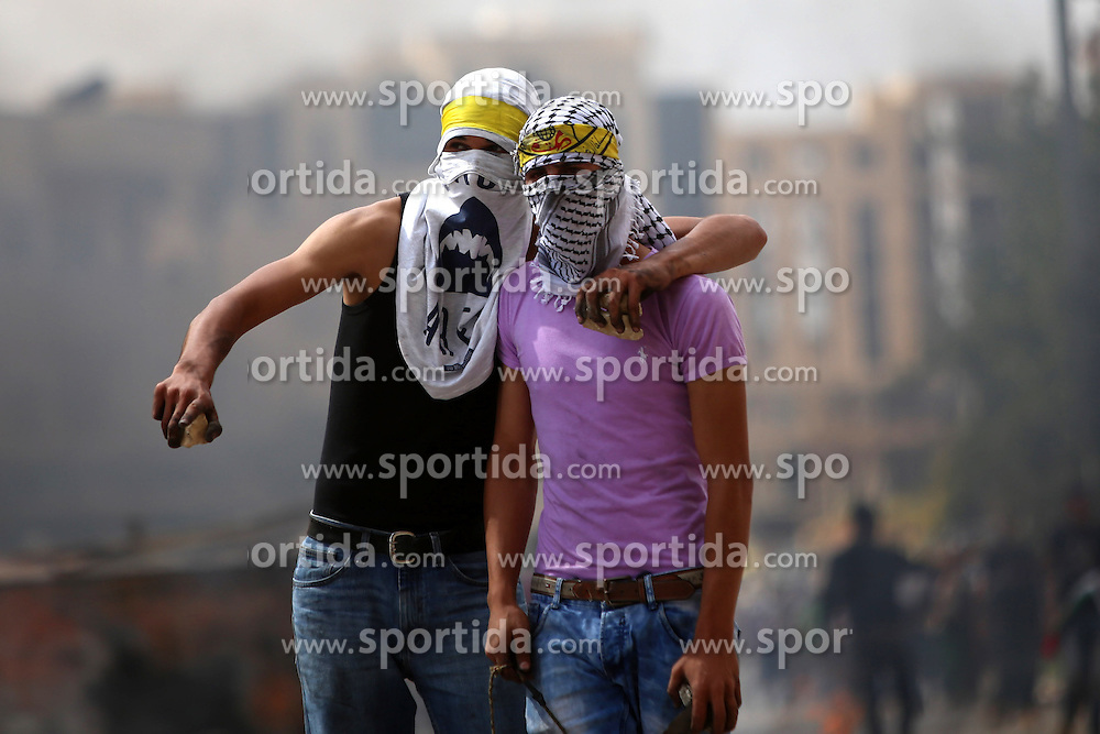 10.10.2015, Ramallah, PSE, Gewalt zwischen Pal&auml;stinensern und Israelis, im Bild Zusammenst&ouml;sse zwischen Pal&auml;stinensischen Demonstranten und Israelischen Sicherheitskr&auml;fte // Palestinian protesters hurl stones during clashes with Israeli security forces in Beit El on the outskirts of the West Bank city of Ramallah, on October 10, 2015. Fifteen Palestinians have been killed by Israeli forces and around 1,000 injured with live and rubber-coated steel bullets in the occupied West Bank and Gaza Strip since Oct. 1, Palestine on 2015/10/10. EXPA Pictures &copy; 2015, PhotoCredit: EXPA/ APAimages/ Shadi Hatem<br /> <br /> *****ATTENTION - for AUT, GER, SUI, ITA, POL, CRO, SRB only*****