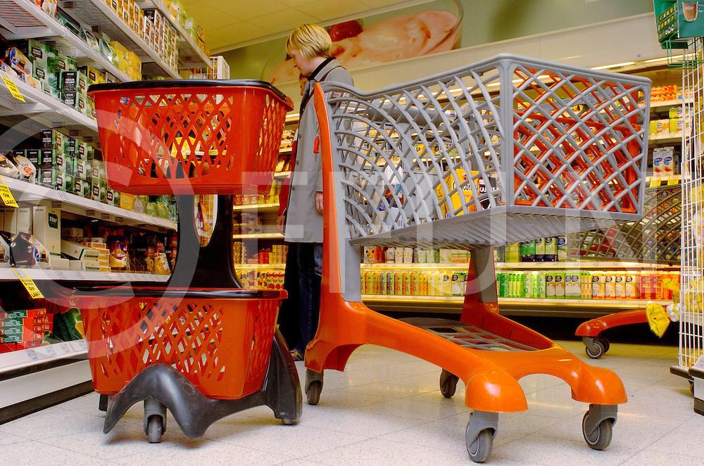 ALMELO<br /> Bij de nieuwe supermarkt Plus Van Limbeek in Almelo hebben ze nieuwe winkelwagentjes in gebruik, Opgemaakt uit plastic,<br /> <br /> Editie: WI<br /> <br /> fotografie frank uijlenbroek&copy;2006 michiel van de velde<br /> TT20060524