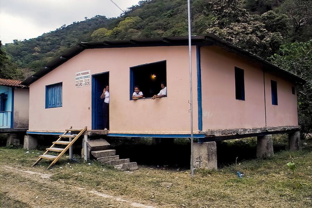 ESCUELAS DE MACURO<br /> Photography by Aaron Sosa<br /> Macuro, Estado Sucre<br /> Venezuela 2007<br /> (Copyright &copy; Aaron Sosa)