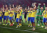 FUSSBALL: UEFA  U21-EUROPAMEISTERSCHAFT  2015  FINALE Schweden - Portugal     30.06.2015  Schweden ist Europameister und bejubeln den Sieg mit dem Pokal, gehalten von Oscar Hiljemark