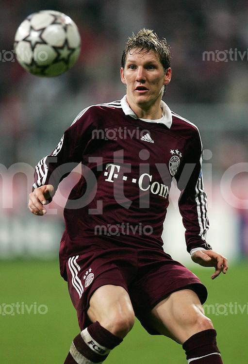Muenchen Uefa Champions League FC Bayern Muenchen - Inter Mailand Bastian SCHWEINSTEIGER (FCB), Einzelaktion am Ball, Action.