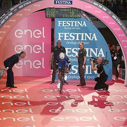 06-05-2016: Wielrennen: Giro: Apeldoorn<br /> APELDOORN (NED) wielrennen<br /> De 99e ronde van Italie is van start gegaan met een tijdrit of 9,8 kilometer door de straten van Apeldoorn. De finishlijn was getrokken op de Loolaan. <br /> <br /> Burgemeester John Berends start de eerste renner de Italiaan Fabio Sabatini (Etixx-Quickstep) voor zijn tijdrit