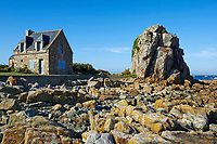 France, Bretagne, Côtes-d'Armor (22), Plougrescant, maison sur la cote  // France, Brittany, Cotes d'Armor (22), Plougrescant, house on the coast