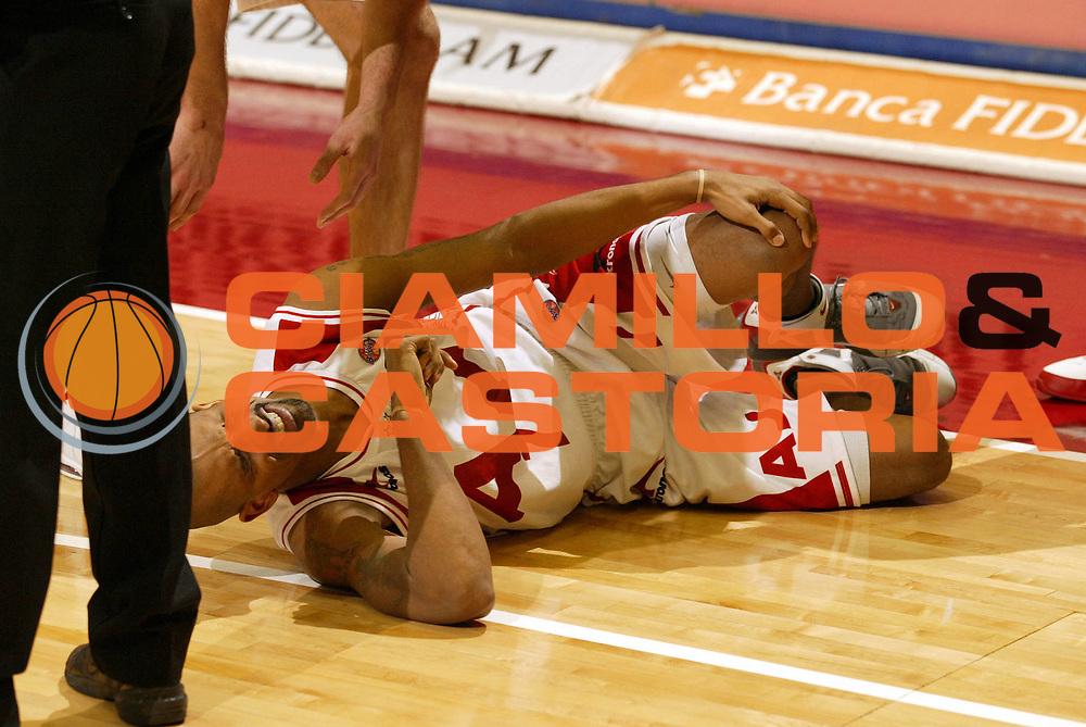 DESCRIZIONE : Milano Lega A1 2005-06 Armani Jeans Olimpia Milano Carpisa Napoli<br /> GIOCATORE : Shumpert<br /> SQUADRA : Armani Jeans Olimpia Milano<br /> EVENTO : Campionato Lega A1 2005-2006 <br /> GARA : Armani Jeans Olimpia Milano Carpisa Napoli<br /> DATA : 05/02/2006 <br /> CATEGORIA : Infortunio <br /> SPORT : Pallacanestro <br /> AUTORE : Agenzia Ciamillo-Castoria/G.Cottini