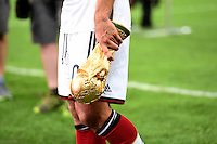 FUSSBALL WM 2014                       FINALE   Deutschland - Argentinien     13.07.2014 DEUTSCHLAND FEIERT DEN WM TITEL: Lukas Podolski treagt den WM Pokal recht laessig