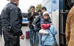 14.10.2015, Grenzübergang Freilassing - Salzburg,GER, Flüchtlingskrise in der EU, im Bild Migranten sprechen mit einem Polizisten nachdem sie über die Österreichische Grenze im Bundesgebiet angekommen sind. Sie werden per Bus weitertransportiert // Refugees speak to a Police Officer and wait to get on a bus, after they have arrived across the Austrian border, Freilassing, Germany on 2015/10/14. EXPA Pictures © 2015, PhotoCredit: EXPA/ JFK