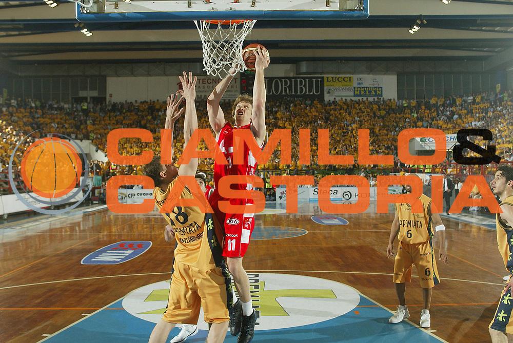 DESCRIZIONE : Porto San Giorgio Lega A1 2007-08 Playoff Quarti Di Finale Gara 3 Premiata Montegranaro Armani Jeans Milano <br /> GIOCATORE : Casey Shaw <br /> SQUADRA : Armani Jeans Milano <br /> EVENTO : Campionato Lega A1 2007-2008 <br /> GARA : Premiata Montegranaro Armani Jeans Milano <br /> DATA : 14/05/2008 <br /> CATEGORIA : Tiro <br /> SPORT : Pallacanestro <br /> AUTORE : Agenzia Ciamillo-Castoria/G.Ciamillo <br /> Galleria : Lega Basket A1 2007-2008 <br /> Fotonotizia : Porto San Giorgio Campionato Italiano Lega A1 2007-2008 Playoff Quarti Di Finale Gara 3 Premiata Montegranaro Armani Jeans Milano <br /> Predefinita :