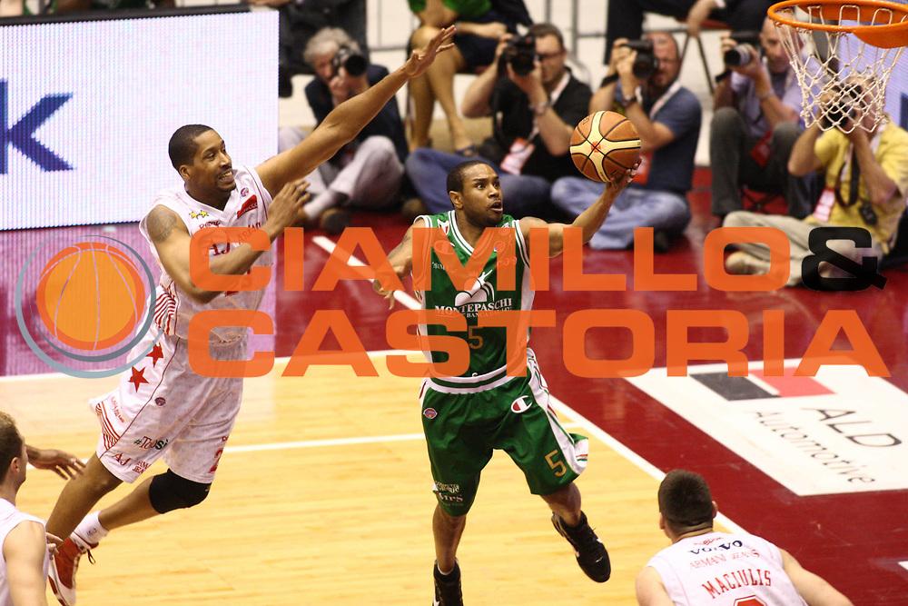 DESCRIZIONE : Milano Lega A 2009-10 Playoff Finale Gara 4 Armani Jeans Milano Montepaschi Siena<br /> GIOCATORE : Terrel Mc Intyre<br /> SQUADRA : Montepaschi Siena<br /> EVENTO : Campionato Lega A 2009-2010 <br /> GARA : Montepaschi Siena Armani Jeans Milano<br /> DATA : 19/06/2010<br /> CATEGORIA : Tiro<br /> SPORT : Pallacanestro <br /> AUTORE : Agenzia Ciamillo-Castoria/GiulioCiamillo<br /> Galleria : Lega Basket A 2009-2010 <br /> Fotonotizia : Milano Lega A 2009-10 Playoff Finale Gara 4 Armani Jeans Milano Montepaschi Siena<br /> Predefinita :