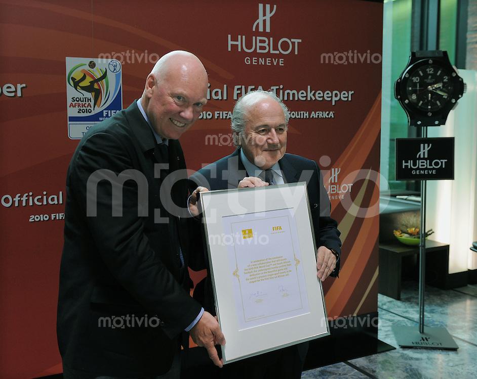 Fussball International  FIFA  15.04.2010   Die Genfer Uhrenmarke Hublot ist Official FIFA Timekeeper Weltmeisterschaft  2010 Suedafrika. FIFA Praesident Joseph S. Blatter (re) und Hublot GeschaeftsfuehrerJean-Claude Biver