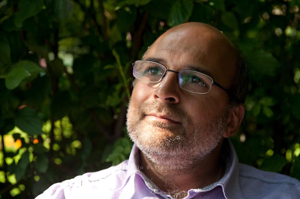 &quot;Gl&uuml;ck oder Seligkeit&quot; Buchautor  Karsten Hoff Karsten Hoff<br /> findet, dass die<br /> Menschen zu<br /> wenig ANTEIL<br /> am Leben anderer<br /> nehmen.