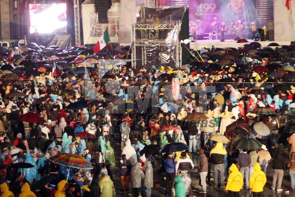 TOLUCA, México.- A pesar de la fuerte lluvia, miles de personas se dieron cita en la plancha de la plaza cívica de la capital mexiquense, para presenciar el tradicional grito y disfrutar de la música y baile. Agencia MVT / José Hernández. (DIGITAL)