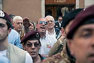 Roma 31  Marzo 2012.L' Associazione Nazionale Marinai d'Italia manifesta in Piazza Montecitorio per sostenere il governo nelle azioni volte alla liberazione dei due marò  Massimiliano Latorre e Salvatore Girone, prigionieri in India.Il saluto romano durante  l'inno di Mameli.