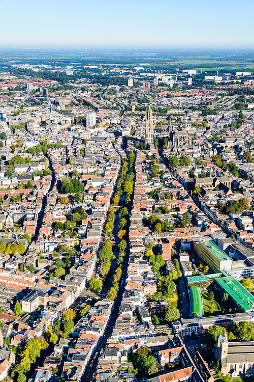 Nederland, Utrecht, Gemeente Utrecht, 30-09-2015; overzicht van de Utrechtse binnenstad vanuit het Zuiden langs de as van de Oudegracht, richting Domtoren.<br /> Southern part of downtown Utrecht and city centre.<br /> luchtfoto (toeslag op standard tarieven);<br /> aerial photo (additional fee required);<br /> copyright foto/photo Siebe Swart