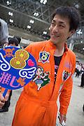 Shuu Yanase, har designat sin overall sj&auml;lv och dedikerat till sin idol Riona Hamamatsu. Riona &auml;r en av medlemmarna i AKB48 team 8.<br />  <br /> Shuu Yanase har k&ouml;pt femtio biljetter i samband med handskakseventet. Han var d&auml;r redan klockan sex p&aring; morgon och skulle vara kvar till nio p&aring; kv&auml;llen.