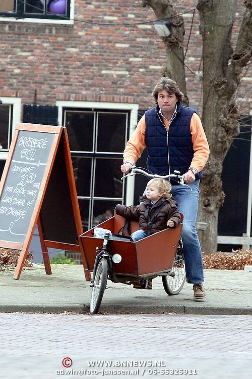 NLD/Laren/20080315 - Reinout Oerlemans, partner Danielle Overgaag en kinderen Fiene en Thijmen op de fiets