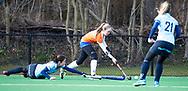 BLOEMENDAAL - Michelle van der Drift (Bldaal) passeert Britt van Beek (Nijm.)  hoofdklasse competitie dames, Bloemendaal-Nijmegen (1-1) COPYRIGHT KOEN SUYK