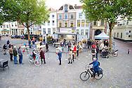 ZALTBOMMEL - Midden op de Markt in Zaltbommel staat de Eigen Huis & Tuin Klus Container. Met hier op de foto  een overzicht op de Markt. FOTO LEVIN DEN BOER - PERSFOTO.NU