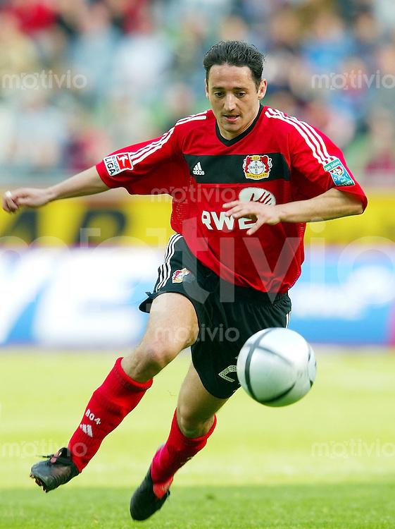 Fussball 1. Bundesliga Saison 2003/2004  Oliver NEUVILLE, Einzelaktion am Ball BAYER 04 LEVERKUSEN