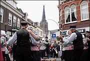 Nederland, Doesburg, 25-5-2003..Demonstatie boerendans. Traditie, folklore, klederdracht. Oude monumentale binnenstad, mosterdstad, middeleeuwse stadskern, architektuur, toerisme, recreatie..Foto: Flip Franssen/Hollandse Hoogte