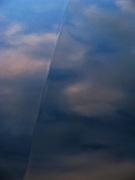 Le ciel se reflète dans le capot d'une voiture. Der Himmel spiegelt sich in der  Motorhaube eines Wagens. Reflections of the sky on engine-cover of a car. © Romano P. Riedo