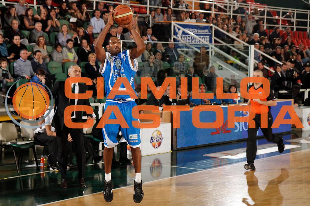 DESCRIZIONE : Avellino Lega A 2012-13 Sidigas Avellino Banco di Sardegna Sassari<br /> GIOCATORE : Bootsy Thornton<br /> CATEGORIA : tiro three points shot<br /> SQUADRA : Banco di Sardegna Sassari<br /> EVENTO : Campionato Lega A 2012-2013 <br /> GARA : Sidigas Avellino Banco di Sardegna Sassari<br /> DATA : 10/03/2013<br /> SPORT : Pallacanestro <br /> AUTORE : Agenzia Ciamillo-Castoria/A. De Lise<br /> Galleria : Lega Basket A 2012-2013  <br /> Fotonotizia : Avellino Lega A 2012-13 Sidigas Avellino Banco di Sardegna Sassari