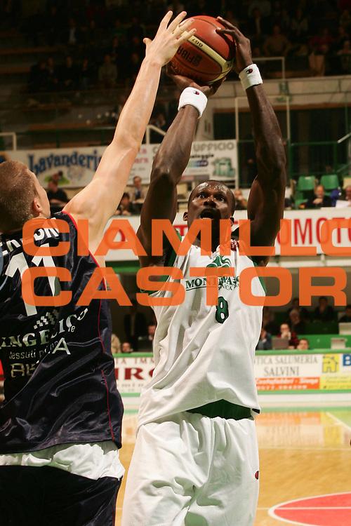 DESCRIZIONE : Siena Lega A1 2007-08 Montepaschi Siena Angelico Biella<br /> GIOCATORE : Benjamin Eze<br /> SQUADRA : Montepaschi Siena<br /> EVENTO : Campionato Lega A1 2007-2008 <br /> GARA : Montepaschi Siena Angelico Biella <br /> DATA : 04/11/2007 <br /> CATEGORIA : tiro<br /> SPORT : Pallacanestro <br /> AUTORE : Agenzia Ciamillo-Castoria/P.Lazzeroni <br /> Galleria : Lega Basket A1 2007-2008 <br /> Fotonotizia : Siena Campionato Italiano Lega A1 2007-2008 Montepaschi Siena Angelico Biella<br /> Predefinita :