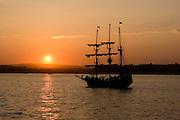 barco pirata navegando al atardecer en la bahia de cabo san lucas los cabos mexico photography