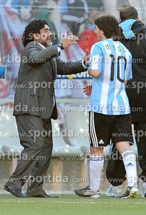 17.06.2010, Soccer City Stadium, Johannesburg, RSA, FIFA WM 2010, Argentinien vs Südkorea im Bild Diego Armando Maradona (Argentina) gratuliert Lionel Messi, EXPA Pictures © 2010, PhotoCredit: EXPA/ InsideFoto/ G. Perottino, ATTENTION! FOR AUSTRIA AND SLOVENIA ONLY!!! / SPORTIDA PHOTO AGENCY