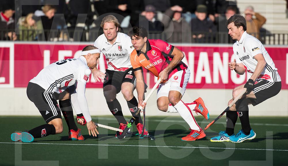 AMSTELVEEN - Benjamin Stanzl (Oranje-Rood)  tijdens   de hoofdklasse hockeywedstrijd AMSTERDAM-ORANJE ROOD (4-5). links Justin Reid-Ross (A'dam) . midden Klaas Vermeulen (A'dam)  , rechts Fergus Kavanagh (A'dam) COPYRIGHT KOEN SUYK