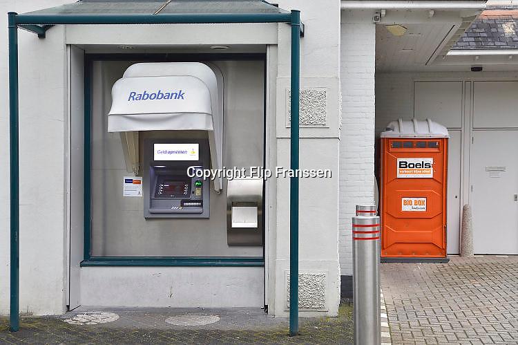 Nederland, Beek, 3-5-2017De pinautomaten in het Rijk van Nijmegen die bij woonhuizen of kwetsbare plekken staan worden beveiligd en gaan in de nacht op slot. Het is een preventieve maatregel van de Rabobank tegen de toenemende plofkraken. Bij enkelen worden in de nacht beveiligers neergezet. Dan staat er een mobiel toilet in de nabijheid.Foto: Flip Franssen