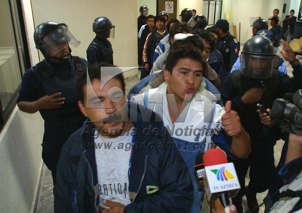 Toluca, M&eacute;x.- Diez comerciantes ambulantes detenidos y al menos 15 lesionados fue el saldo de un enfrentamiento entre vendedores y policias municipales por la posesion de espacios en el mercado Juarez y zona terminal de esta ciudad. Agencia MVT / Mario Vazquez de la Torre. (DIGITAL)<br /> <br /> NO ARCHIVAR - NO ARCHIVE