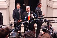 18 FEB 2005, BERLIN/GERMANY:<br /> Joschka Fischer, B90/Gruene, Bundesaussenminister, gibt ein Pressestatement, auf dem Weg in eine Sitzung des Bundesrates, Bundesrat<br /> IMAGE: 20050218-01-008<br /> KEYWORDS: Mikrofon, microphone, Kamera, Camera, Journalist, Journalisten