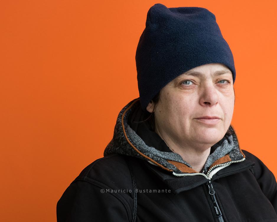 """""""Ich habe immer mein<br /> Ding durchgezogen""""<br /> Birgit, 48, verkauft Hinz&Kunzt zweimal im Monat bei DESY und ist<br /> aktuell auf der Suche nach einem festen Verkaufsplatz. """"Der Schuldnerberatung habe<br /> ich zu verdanken, dass ich nicht<br /> abgestürzt bin"""", sagt Birgit."""